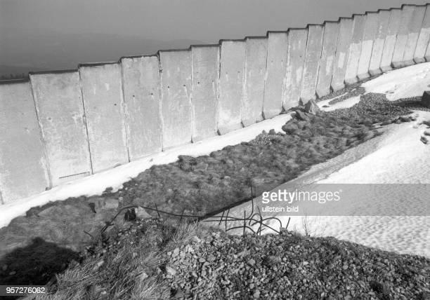 Schnee liegt vor der Mauer auf dem Brocken aufgenommen imMärz 1990 Der Brocken im Harz war bis zur deutschen Einheit ein stark militärisch...