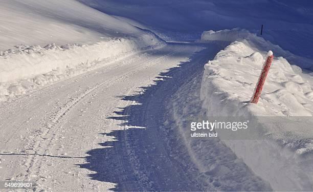 Schneebedeckte Strasse in Oytal Oberstdorf Oberallgäu Bayern