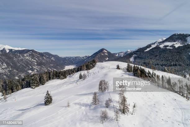 schneebedeckte winterlandschaft - luftaufnahme - weissensee kärnten - événement sportif d'hiver photos et images de collection