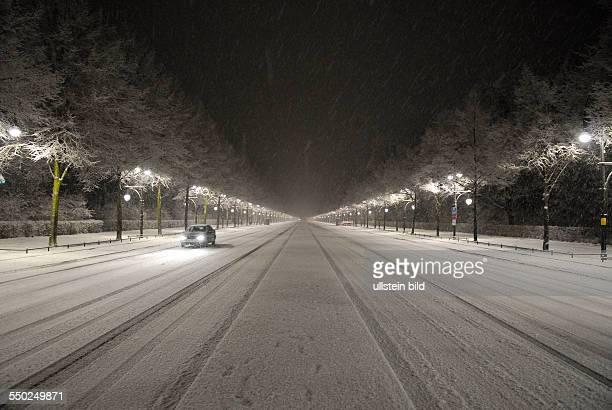 Schneefall in Berlin - eingeschneite Strasse des 17. Juni in Berlin