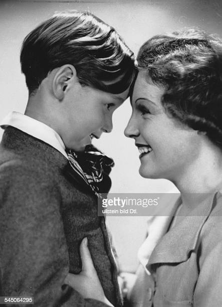 Schneider, Magda - Actress, Germany - *-+ Scene from the movie 'Frauenliebe - Frauenleid' - with Peter Bosse Directed by: Augusto Genina Germany 1937...