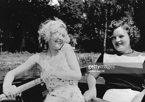 Schneider, Magda - Actress, Germany - *-+ - with Lilian Harvey in a boat Vintage property of ullstein bild
