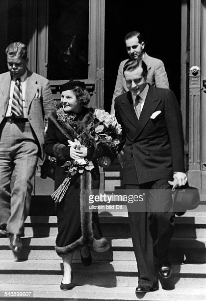 Schneider, Magda - Actress, Germany*-+and her husband Wolf Albach-Retty leaving the registrar's ofice after the marriage - Photographer: Paul Mai-...