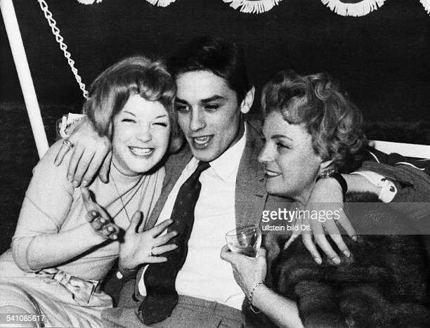 Schneider, Romy *-+Schauspielerin, D- mit Alain Delon nach der Verlobung, rechts Mutter Magda Schneider