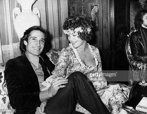 Schneider Romy *Schauspielerin D mit Ehemann Daniel Biasini nach der Trauung im Schlosshotel Gehrhus in Berlin