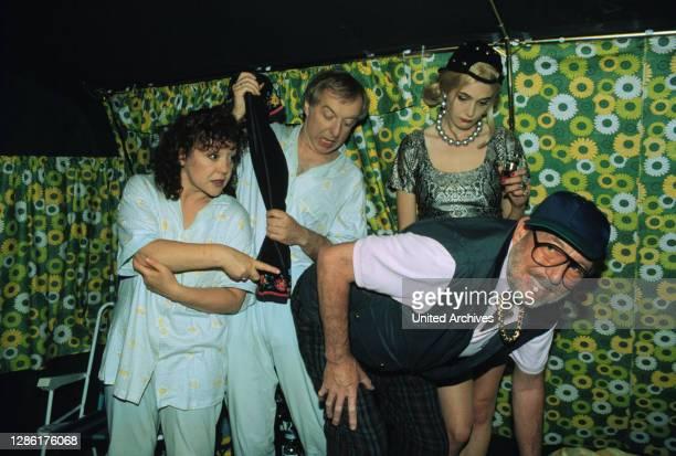 Schnipsi will unbedingt neue Kontakte knüpfen - Herbert nicht. Trotzdem lädt sie das Ehepaar Püppi und Klausi in ihr Zelt ein.Das muß allerdings fast...