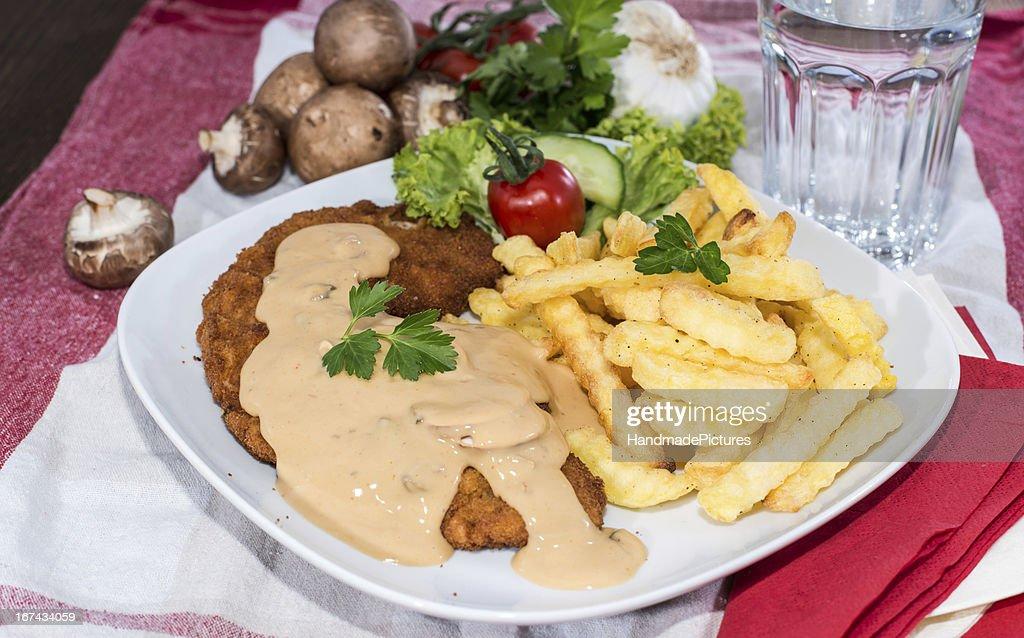 Schnitzel com Chips e Molho : Foto de stock