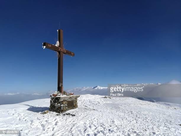 schönjöchl (1661m) peak, the skiing area serfaus fiss ladis, tyrol,  austria - croce foto e immagini stock