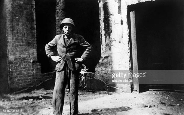 Scholz Gustav 'Bubi' *Boxer D als Vierzehnjaehriger im Krieg 1944