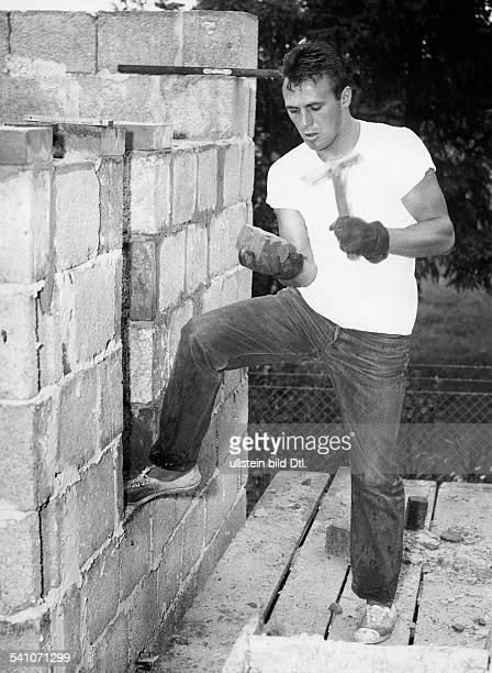 Scholz Gustav 'Bubi' *Boxer D beim Bau seines Hauses in BerlinKladow 1958