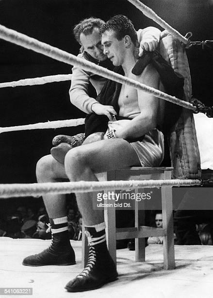Scholz Gustav 'Bubi' *Boxer D Europameisterschaft im Mittelgewicht Kampf im Berliner Olympiastadion gegen Charles Humez GS in der Ringecke mit...