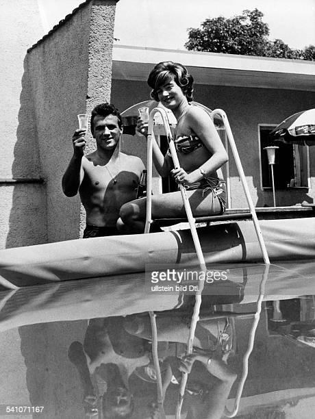 Scholz, Gustav 'Bubi' *-+Boxer, D- mit Ehefrau Helga am Swimming-Pool ihres Hauses- undatiert