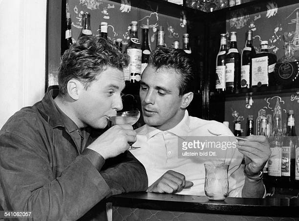 Scholz Gustav 'Bubi' *Boxer D mit Harald Juhnke an der Bar seines Hauses 1958