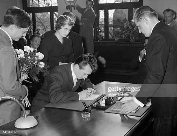 Scholz, Gustav 'Bubi' *-+Boxer, D- standesamtliche Trauung mit Helga Druck,links Trauzeuge Hans Rosenthal- 1955