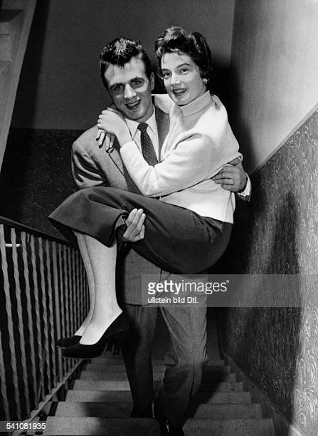 Scholz, Gustav 'Bubi' *-+Boxer, D- traegt Ehefrau Helga auf Haenden die Treppe hinauf- 1955