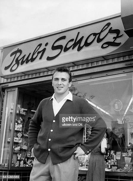 Scholz Gustav 'Bubi' *Boxer D vor seiner Parfuemerie in BerlinWeddingBrunnenstrasse 84 1958