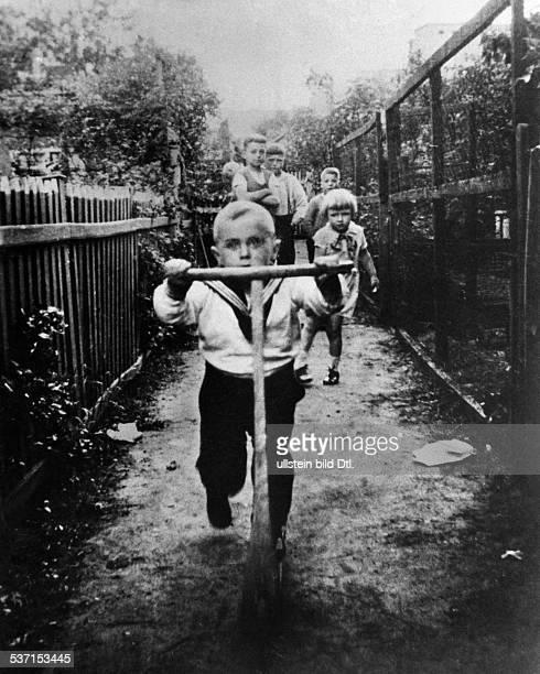 Scholz Gustav 'Bubi' Boxer D als Kind auf dem Roller undatiert