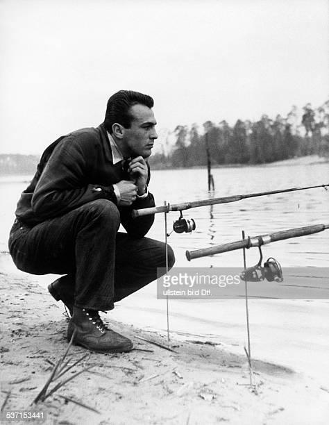 Scholz Gustav 'Bubi' Boxer D beim Angeln am Grunewaldsee 1957