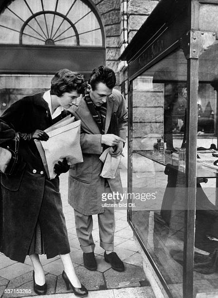Scholz, Gustav 'Bubi' , Boxer, D, - Bummel mit Ehefrau Helga ueber, den Kurfuerstendamm, - 1955