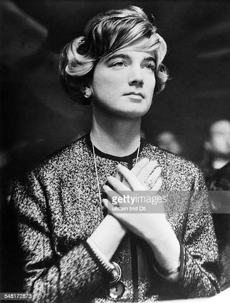 Scholz, Helga 1935-+ Ehefrau des Boxers Gustav 'Bubi 'Scholz als Zuschauerin beim Kampf ihres Mannes gegen Mike Holt - 1960