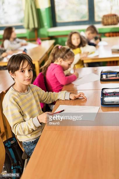 Schule Junge im Klassenzimmer.