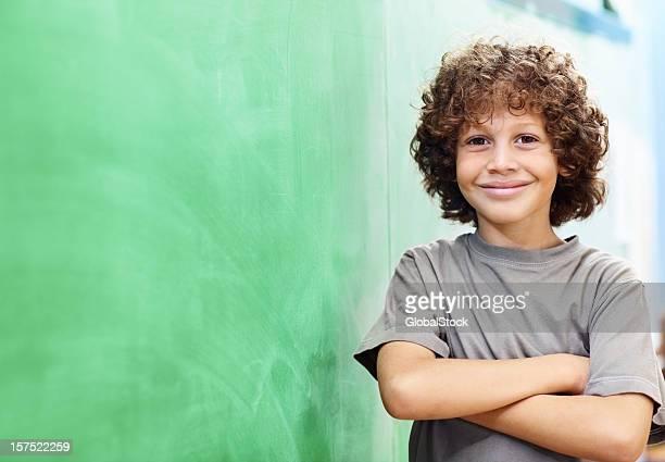 Garçons de l'école avec ses mains pliées par le conseil d'administration