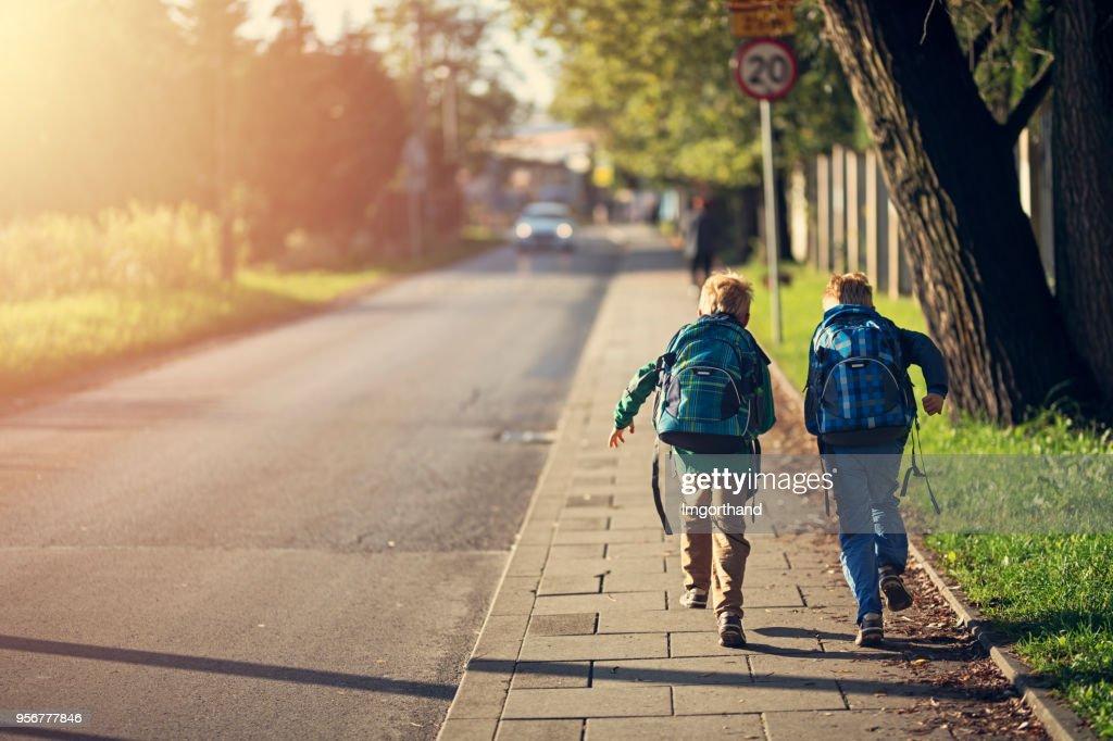 Schule Jungs zur Schule laufen : Stock-Foto