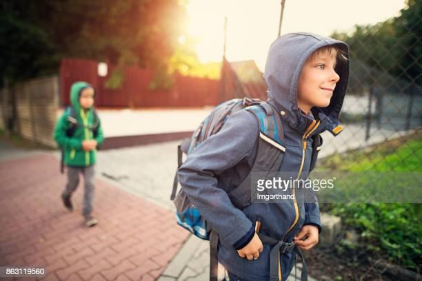 School jongens lopen naar school