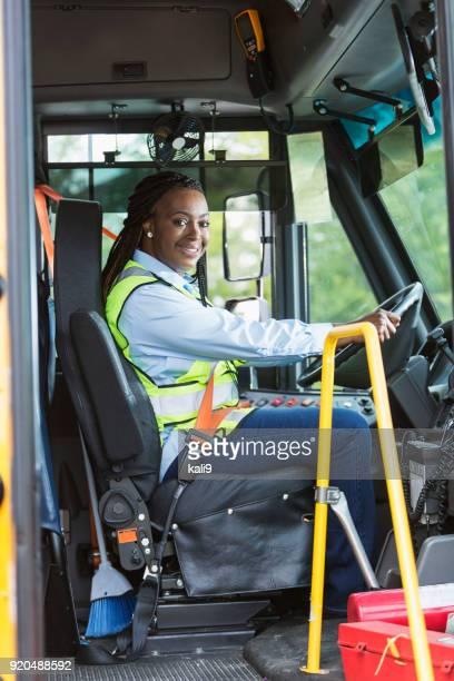 Conductor de autobús de la escuela mirando a través de la puerta