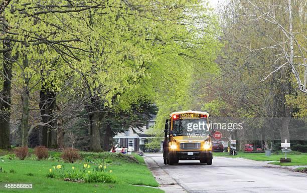 Arrêt de Bus scolaire ragots sur la rue de banlieue