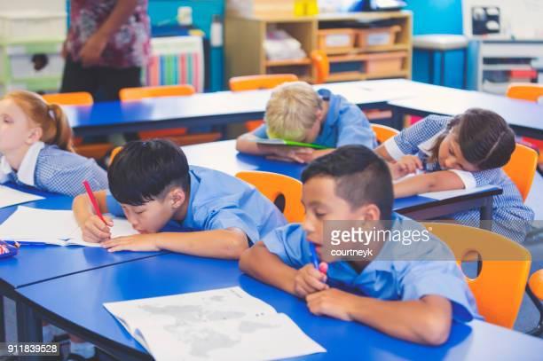 Niños de la escuela aburrido y cansado en clase.