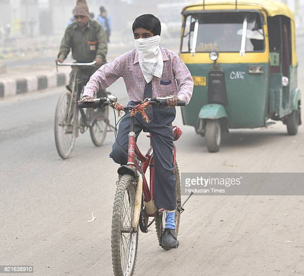 School children going back to home as they didn't know their school were closed at Mayur Vihar Phase III till 10th of November due to heavy smog on...