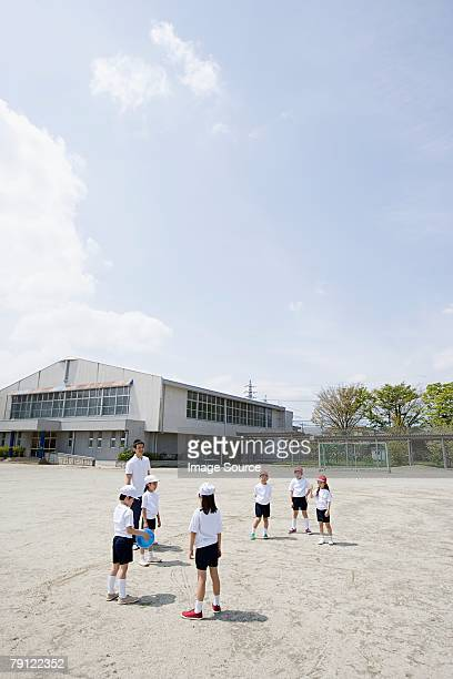 遊ぶ子供、学校の野球観戦