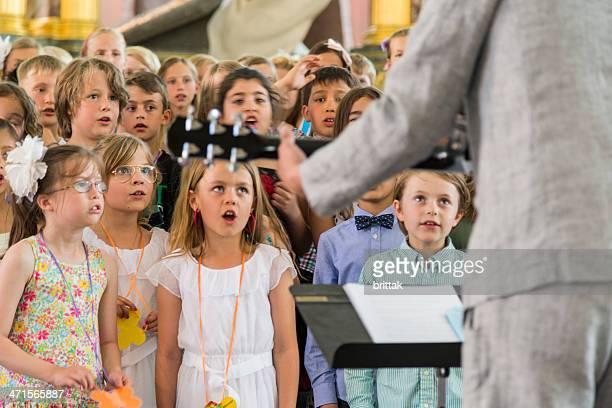 École enfants chantant dans l'église.