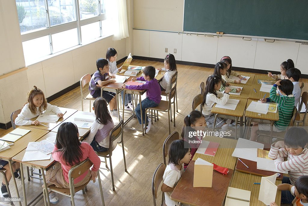 School children (5-11) studying in classroom : ストックフォト