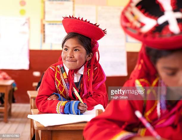 school children wearing traditional peruvian costume, at school. chinchero. peru. - hugh sitton 個照片及圖片檔