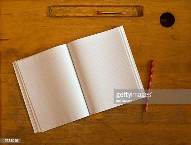 school schreibtisch oberfläche - schulheft stock-fotos und bilder