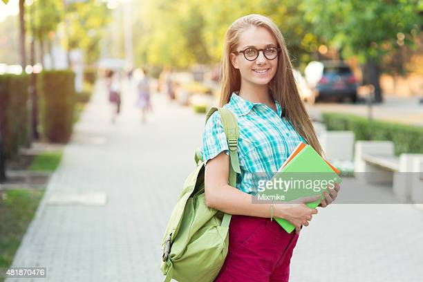 Escola Menina segurando livros na rua