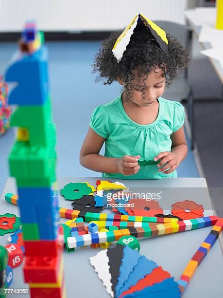 school girl solving puzzle - 4 5 años fotografías e imágenes de stock