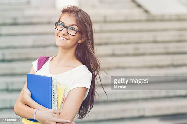 Chica con libros de texto escolares