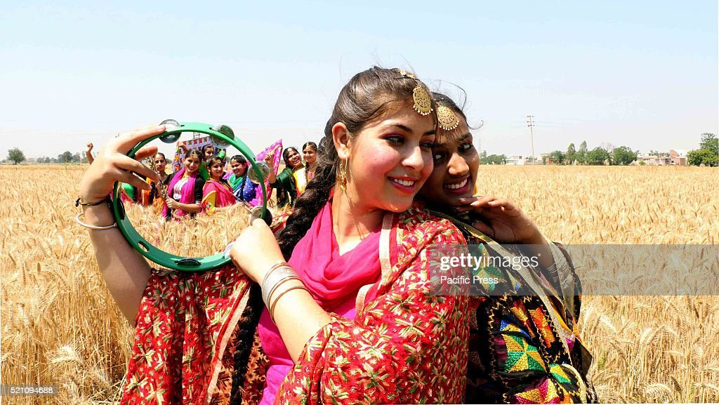 School girls during the celebration of Baisakhi Festival in... : Nachrichtenfoto