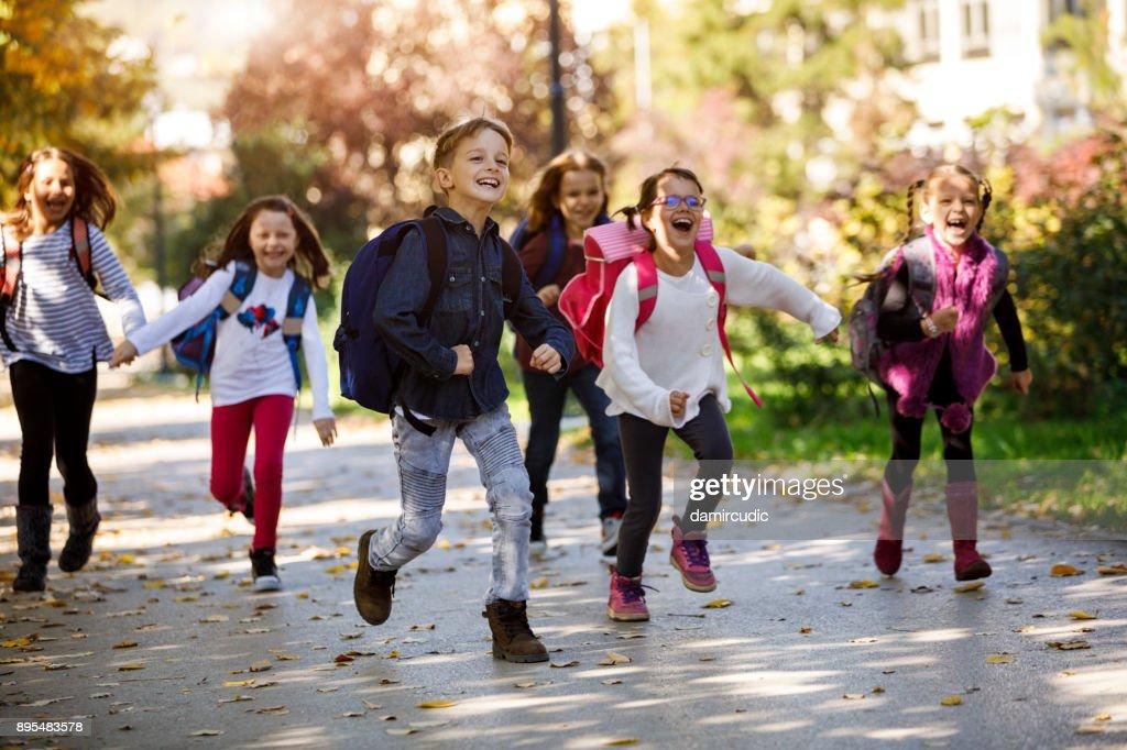 Schulkinder laufen im Schulhof : Stock-Foto
