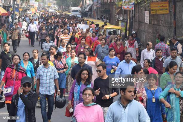 School parents a rally South Kolkata GD Birla School to Tollygungeand blocked the Tollygunge crossing Angry parents and guardians continued...