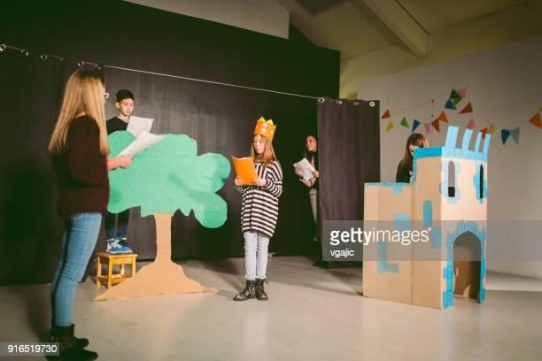 学校演劇のリハーサル - 小道具 ストックフォトと画像