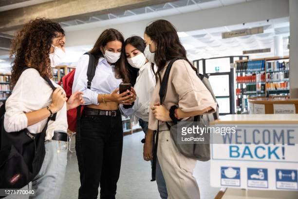 skolan öppnar igen. elever som går tillbaka till skolan efter pandemi - opening event bildbanksfoton och bilder