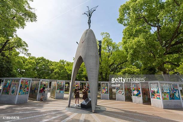 los estudiantes en la escuela para niños de hiroshima memorial - hiroshima fotografías e imágenes de stock