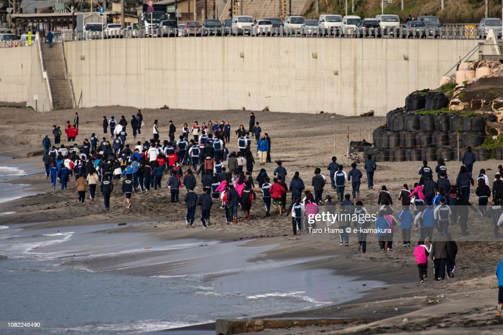 School students running on the morning beach in Kamakura city in Japan : Stock-Foto