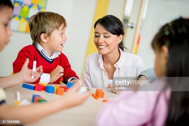 Insegnante di scuola in classe