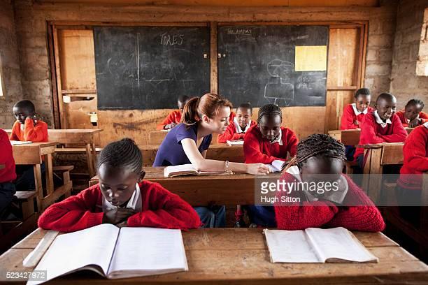 school teacher teaching school children in classroom, kenya - hugh sitton stockfoto's en -beelden