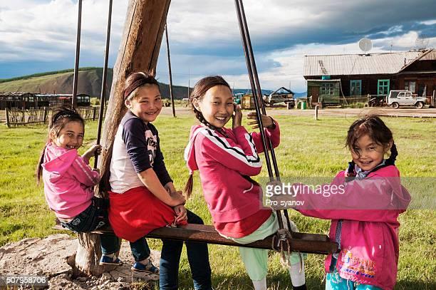 School-Alter Mädchen auf einer Schaukel
